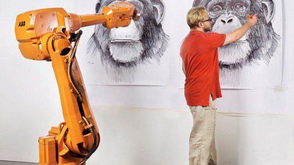 IRB 4600 und Alex Kiessling beim Testaufbau. Rechts der Künstler, links der Roboter.