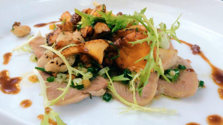 """Vorspeise in der Brasserie """"Le Bon Mori"""": Kalbsbries, Kalbszunge und Pfifferlinge."""