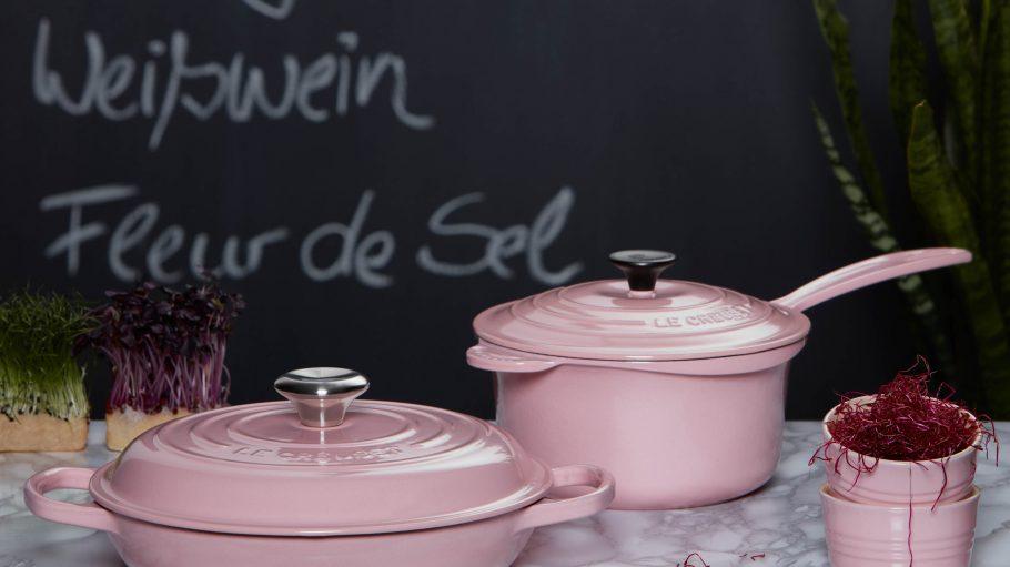 Die Töpfe und Pfannen von Le Creuset bringen Farbe in die Küche und sind ab sofort in der Friedrichstraße zu haben.