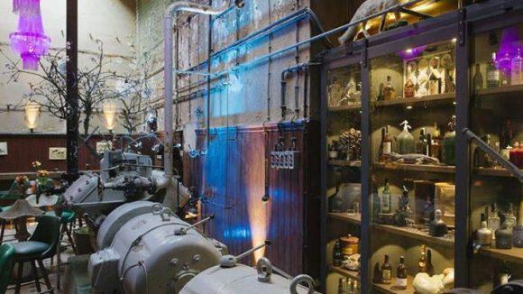 Hier werden die Drinks im ehemaligen Maschinenraum der Brauerei serviert.
