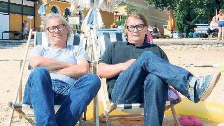 """Leander Haußmann und Sven Regener arbeiten beim Filmdreh für """"Hai-Alarm am Müggelsee"""" zusammen."""