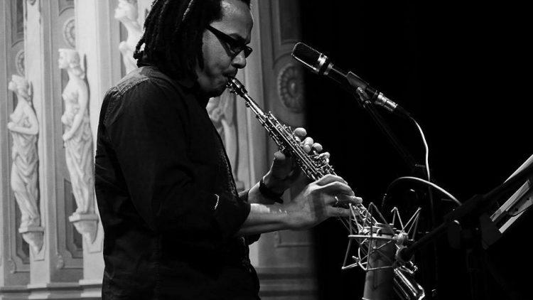 Der Saxophonist Leandro Saint-Hill ist einer der am multimedialen Konzert in der Filmuniversität beteiligten Musiker.
