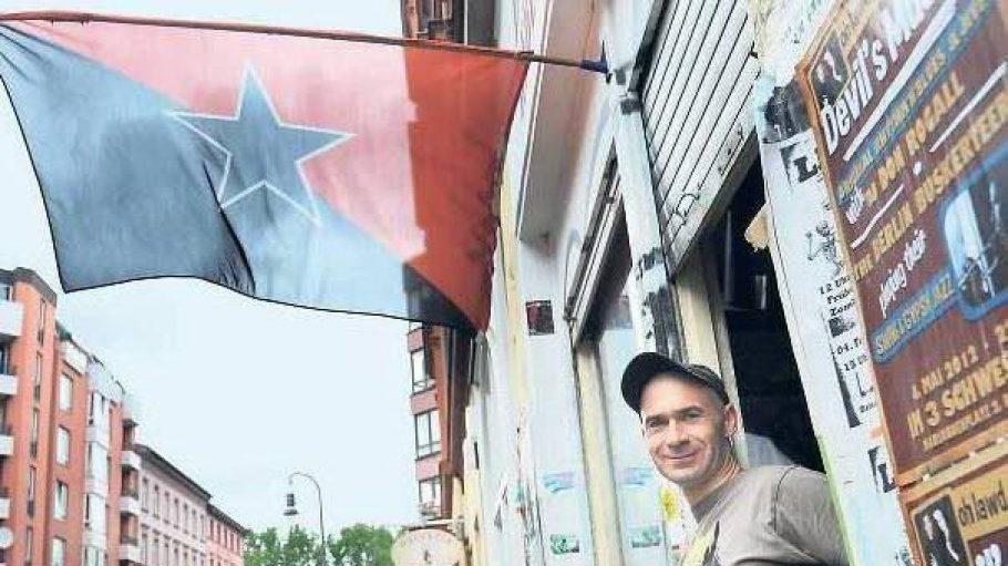 Hält die Flagge der Autonomen hoch: Sven, alternativer Unternehmer aus Kreuzberg, beobachtet den sozialen Wandel im Kiez.