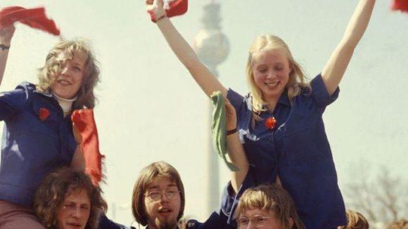 FDJ-Mitglieder vor dem Fernsehturm.