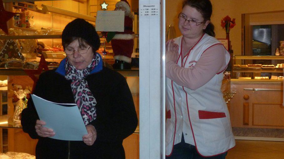 Bäckerin Lau liest für die Nachbarn eine Weihnachtsgeschichte über Rosi Rosine vor.