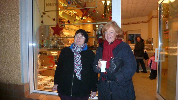 Bäckerin Lau (l.) zusammen mit der Initiatorin des lebendigen Adventskalenders Christine Martens.