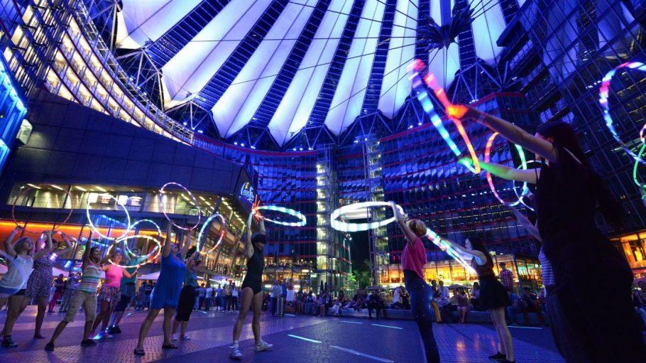 Auch in diesem Jahr findet im Rahmen des Hoopurbias einLED Hooping Flashmop statt. Vergangenes Jahr wurden im Sonycenter leuchtende Reifen geschwungen, 2014 ist der Alexander Platz dran.