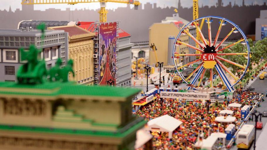 Im Legoland Berlin steht die Fanmeile im Miniaturformat. Jetzt starten die Aufbauarbeiten für den echten Public Viewing-Hotspot.