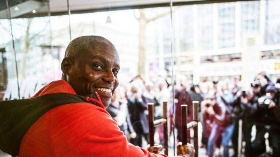 Carl Lewis - der zu den erfolgreichsten Leichtathleten der Sportgeschichte zählt - hat medienwirksam die Türen zum neuen Flagshipstore aufgeschlossen.