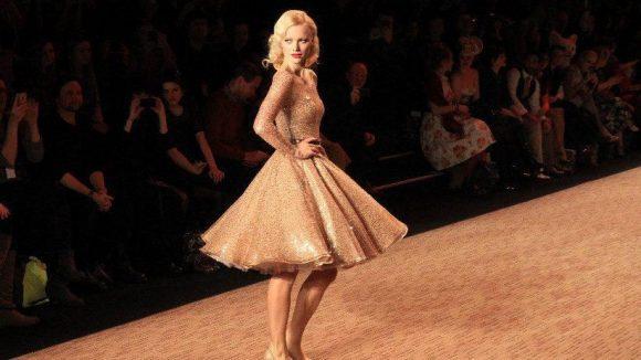 Model Franziska Knuppe ist bei der Fashion Week im Dauereinsatz, hier läuft sie für Lena Hoschek im Zelt, das wieder hinter dem Brandenburger Tor aufgebaut ist.