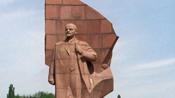 Das Denkmal auf dem Platz der Vereinten Nationen in Berlin, als er noch Leninplatz hieß. Die Statue war insgesamt 20 Meter hoch, bevor sie 1991 abgetragen und im Köpenicker Wald vergraben wurde.