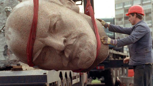 Erst vergraben - jetzt soll er wieder ausgegraben werden: Lenins Kopf. Aber erst einmal muss er gefunden werden.