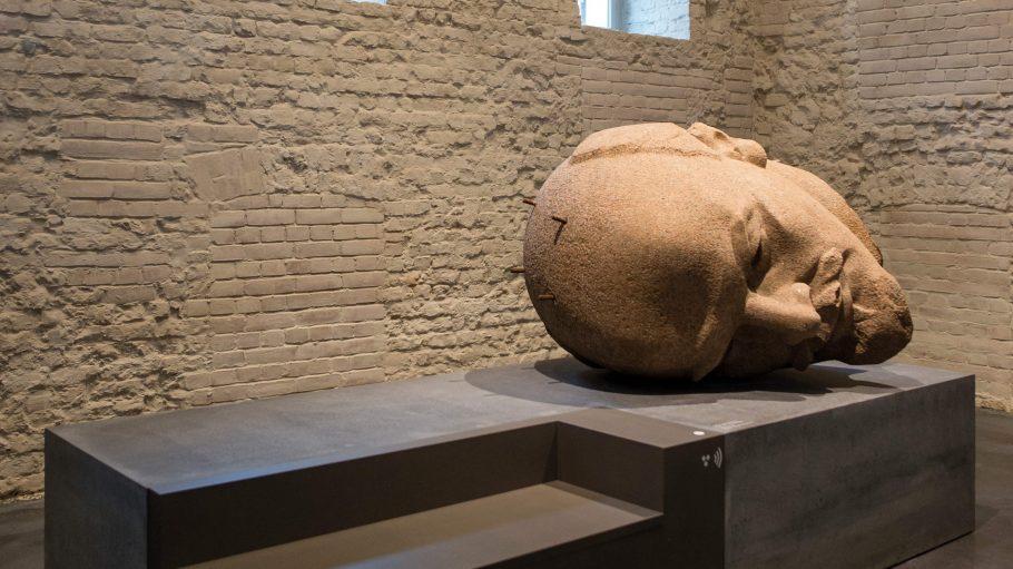 Na wer liegt denn hier rum? Richtig: Was von Lenin übrig blieb - und zwar sein Kopf.