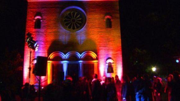 Die erleuchtete Nazarethkirche und heiße Rhythmen verbreiten südamerikanisches Flair auf dem Leopoldplatz.