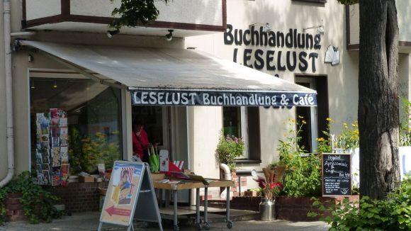 Direkt gegenüber dem S-Bahnhof Waidmannslust: Buchhandlung und Café Leselust.