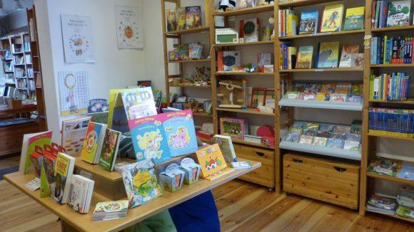 Drinnen gibt es unter anderem eine große Ecke für Kinder- und Jugendbücher. Ab Herbst finden hier wieder regelmäßig Lesungen für die Kleinen statt.