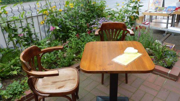 Draußen sitzen kann man auch. Dabei einen Kaffee und ein Stück Kuchen genießen oder sich von Inhaberin Marianne Hahn eine Buchempfehlung geben lassen.