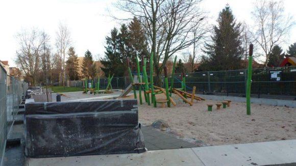 """Auf der Mittelbruchzeile wird mit Mitteln aus dem Förderprogramm """"Soziale Stadt"""" die Grünanlage aufgewertet. Der Spielplatz ist inzwischen fertig, an anderer Stelle werden sich die Arbeiten allerdings länger hinziehen als gedacht."""
