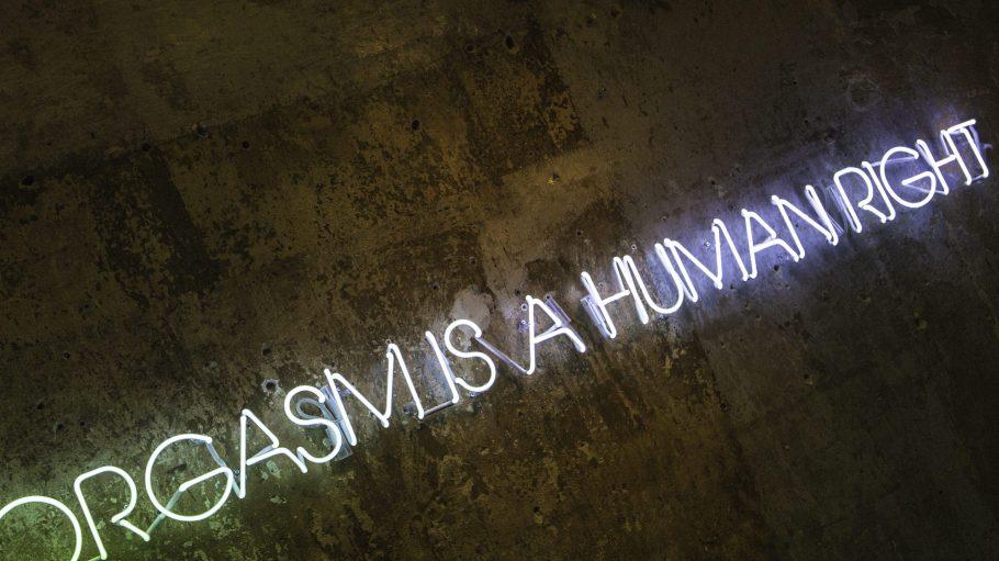 """""""Orgasmus is a human right"""" kannst du in Leuchtbuchstaben in dem neuen Pop-up-Store in Mitte lesen."""
