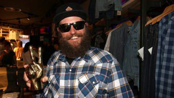 Dieser Bart ist bei Berliner Abendveranstaltungen zurzeit allgegenwärtig: MC Fitti war auch im Levis Store dabei.
