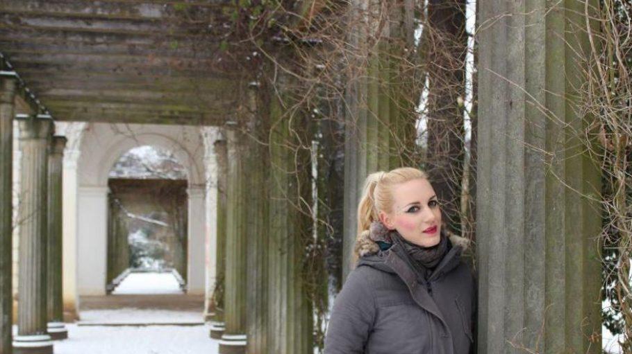 Posing im Park: eine leichte Übung für das Model.