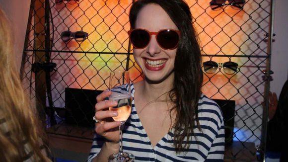 """Wer es etwas szeniger mochte, konnte beim Berliner Label Liebeskind die neuen Sonnenbrillen feiern. Amelie Plaas-Link (""""Feuchtgebiete"""") präsentiert schon mal ein Exemplar."""