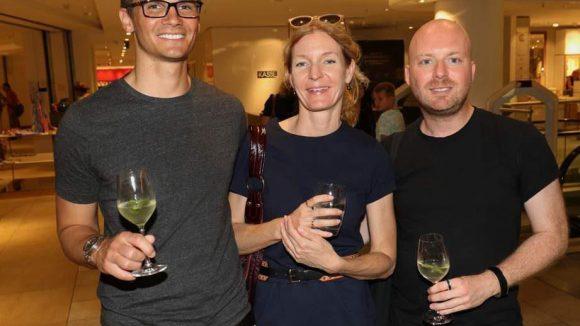 Lennart Gebauer (l.) und Chris Götz von Camp David nehmen Jessica Esser von der Agentur Press Factory in ihre Mitte.