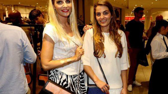 Die junge Dame rechts im Bild, Lili Radu, hat seit gestern einen Pop-up-Store im Kaufhaus des Westens, mit dem sie auch ihre bisher fünfjährige Karriere als Modedesignerin feiert. Zur Eröffnung schaute TV-Moderatorin Tanja Bülter vorbei.