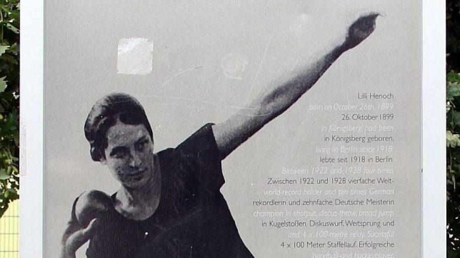 Auf einer Gedenktafel am Askanischen Platz in Kreuzberg ist Lilli Henoch mit der Kugel zu sehen.