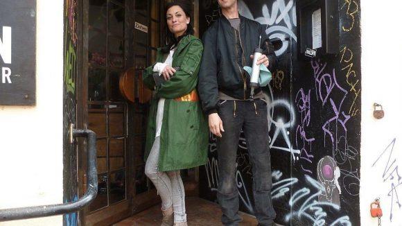 Lina van de Mars mit dem eingefleischten Wrangelkiezler Karl vor einem ihrer Lieblingsrestaurants, der Kantine Kohlmann.