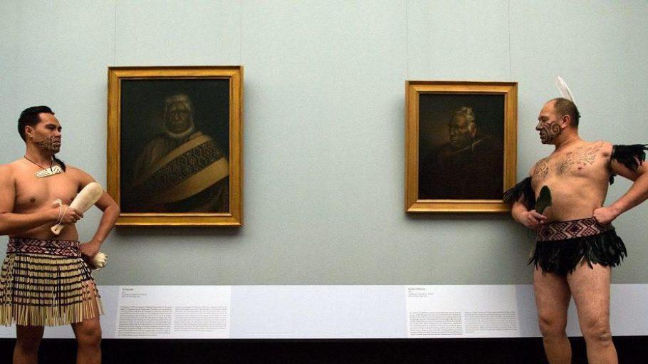 """Zur offiziellen Eröffnung der neuen Ausstellung in der Alten Nationalgalerie waren echte """"Ureinwohner"""" aus Neuseeland angereist."""