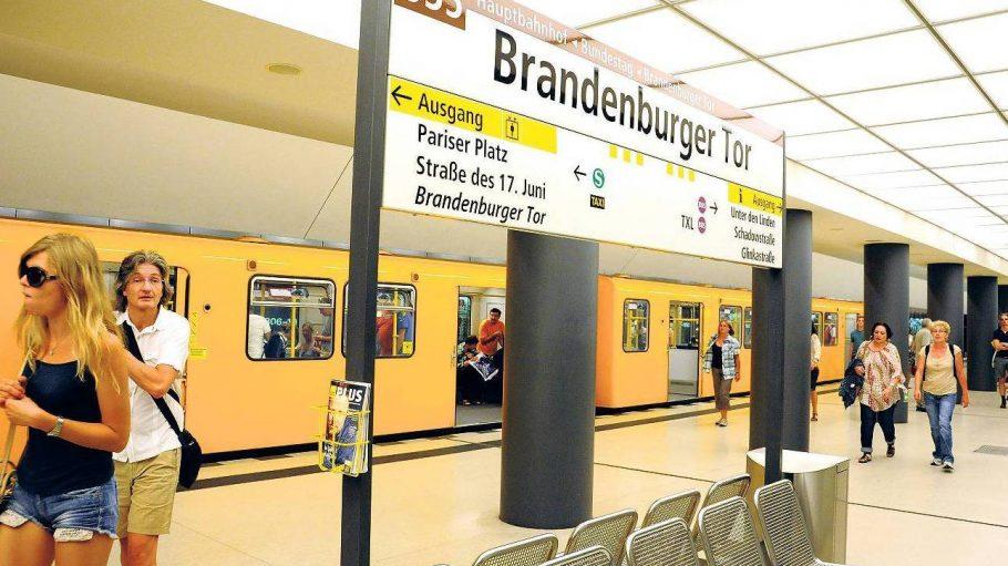 Auf 1800 Metern präsentiert sich Berlin ungewohnt. Aber auf der Linie U55 sind ja auch keine Berliner unterwegs.