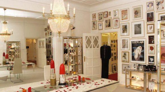 Star-Visagist René Koch zeigt angemeldeten Besuchern gern seine Schätze.