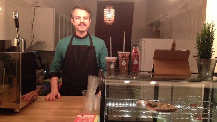 Barkeeper Nils liebt es, hinter der Theke zu stehen, Smoothies zu mixen und mit den Kunden ein gemütliches Pläuschchen zu halten.