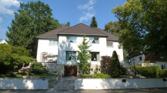 """Der Wohnsitz Kästners in den Jahren 1964-69. Hier wusste er seine """"Goldschätze"""", seinen Sohn Thomas und Lebensgefährtin Friedel Siebert, sicher aufgehoben."""