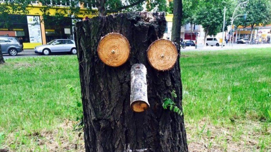 """Harald Kortmann ist der Mann hintern den """"little ends"""", die auf verspielte Art auf die Abholzung in seinem Kiez aufmerksam machen sollen."""