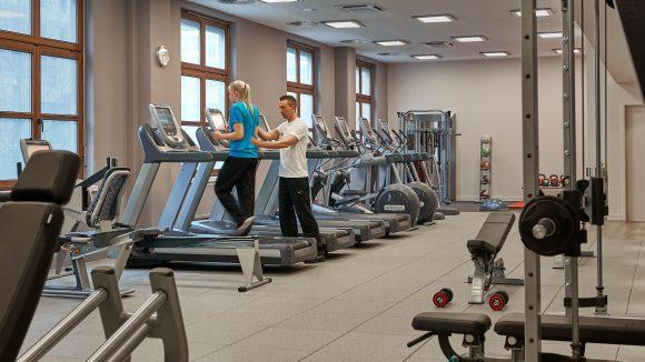 Im LivingWell Health Club kannst du dich auch in den kälteren Monaten fit halten. Auf Wunsch steht dir dabei ein Personal Trainer zur Seite.