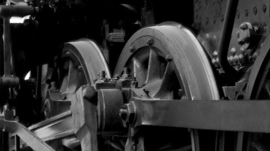 Zu Bethels Zeiten beherrschten noch Dampflokomotiven das Bild. In der Theateraufführung wird der Blick frei aufs Grün der Parklandschaft.