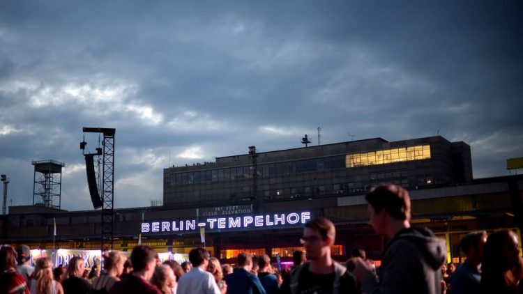 Besucher des Lollapalooza Festivals gehen am 13.09.2015 über das Gelände des ehemaligen Flughafen Tempelhof in Berlin.
