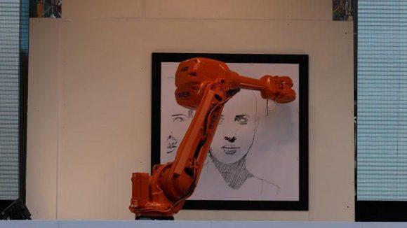 Der Roboter kann eine Höhe von über 2,50 m erreichen, seine Bewegungen sind 4 m pro Sekunde schnell. Diese Geschwindigkeit in Verbindung mit seinem Gewicht von mehreren Hundert Kilo sorgte dafür, dass er auf einen Betonsockel montiert werden musste - ansonsten ließen seine ruckartigen Bewegungen ihn umkippen.
