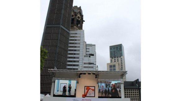 Prominentes Atelier: Die Open Air-Performance sieht man von Weitem, wenn man am Kurfürstendamm an der Gedächtniskirche vorbeiläuft.