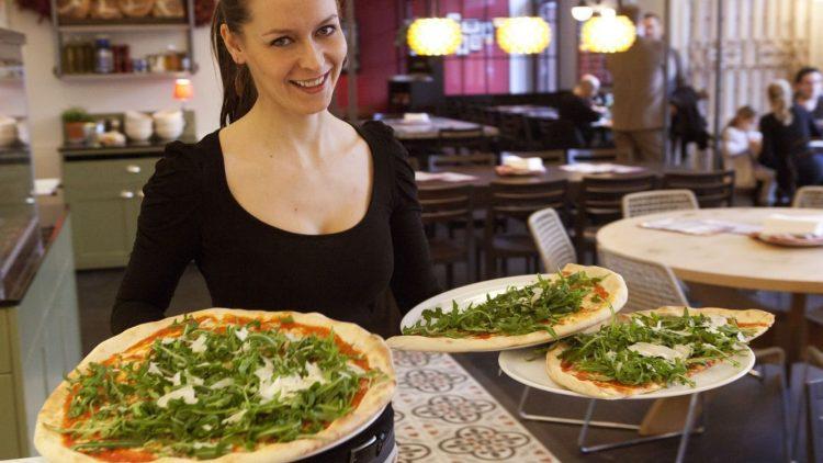 Die Pizza im L'Osteria ist riesig und misst im Durchmesser 45 Zentimeter.