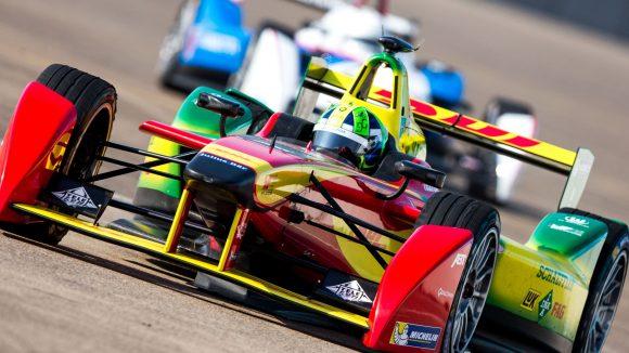 Der Brasilianer Lucas di Grassi (Team Audi Sport) fährt im freien Training für das FIA Formula E Rennen 2015 noch auf dem Tempelhofer Feld.