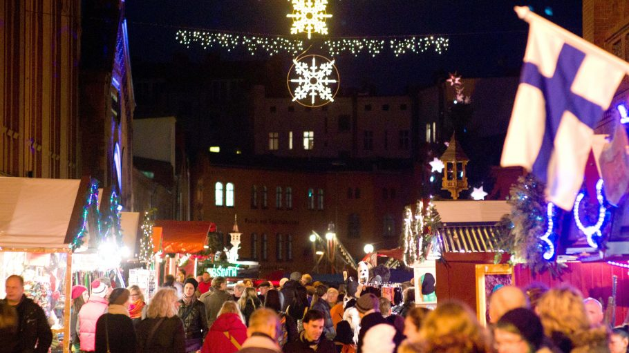 Auf dem skandinavischen Lucia Weihnachtsmarkt der Kulturbrauerei gibt es Hirschbouletten, Elchbratwurst und ganz viel Absinth. Wer danach noch nicht genug hat, kann eine Kanelbullar (schwedische Zimtschnecke) zum Nachtisch verzehren.