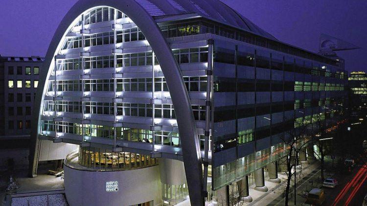 Die Berliner Industrie- und Handelskammer hat ihren Sitz im Ludwig Erhard Haus in der Fasanenstraße.