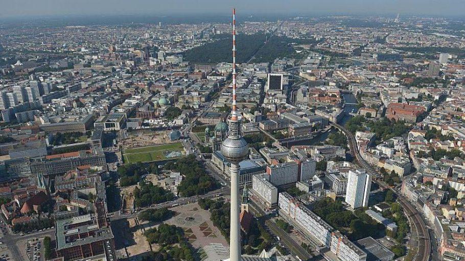 Der Fernsehturm am Alexanderplatz ist mit 368 Metern das höchste Gebäude der Stadt.