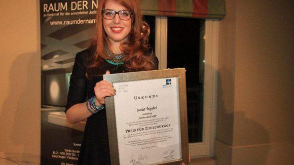 """Luisa Seydel nahm für die Bürgerinitiative """"Hellersdorf hilft"""" am 29. Oktober den ausgeschriebenen Preis für Zivilcourage entgegen."""