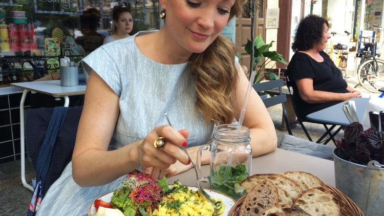 Julia Klotz lässt sich das Rührei im LuLa schmecken.