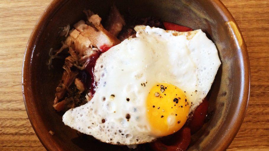 """Die """"Lunch Bowl"""" für 9 Euro besteht im Halleschen Haus zum Beispiel aus Schweinebauch, rotem Reis, Pflaumensauce und Spiegelei."""