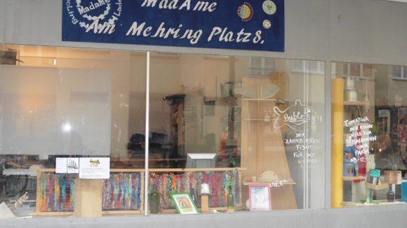 """Im """"MadaMe"""" am Mehringplatz, einer Art Café und Recycling-Laden, hat Nachbarschaftsbeauftragte Rian Simmet ihr Büro."""